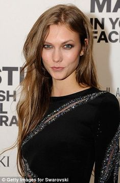PICTURED: The moment Karlie Kloss's long hair was chopped off on ...