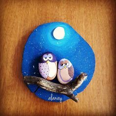 Stone art Owl Rocks, Painted Rocks Owls, Painted Driftwood, Christmas Rock, Rock And Pebbles, Owl Crafts, Wood Slices, Owl Art, Pebble Art