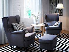 STRANDMON ørelappstoler og fotskammel med Svanby grått trekk og VEJMON bord i bjørkefiner