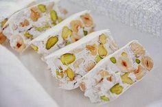 La ricetta del torrone morbido è più semplice e veloce di quella del torrone duro tradizionale. Il torrone morbido è un dolce tipico delle feste natalizie ricco di frutta secca ideale anche per i bambini.