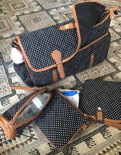 un sac a langer au style rétro, avec plein d'accessoires <3