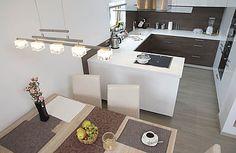 Kuchyň má okno na západ a přímo navazuje na jídelnu. Podlahu ve většině domu pokrývá keramická dlažba – snadno se udržuje a nejlépe se hodí na podlahové vytápění. Dezén běleného dřeva je na pohled k nerozeznání od originálu.