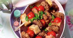 Fingerfood fürs Picknick: Würzige Hackfleischbällchen, knusprige Brotwürfel und aromatische Tomaten sorgen hier für Abwechslung.