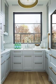 Smal gray u-shaped kitchen pantry is fitted with gray shaker drawers adorned with brushed brass pulls and topped with a white and gray marble countertop Small Space Kitchen, Kitchen On A Budget, New Kitchen, Small Spaces, Kitchen Ideas, Kitchen Pantry, Kitchen Modern, Kitchen White, Modern Farmhouse