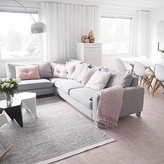 I can't believe it's already 1 March! Where has this year gone? The lovely living room of @lifelikevino