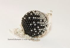 Boule crochetée noir et argent
