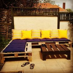 This article helps you to construct a stylish outdoor couch along with divan and center table. The construction is very easy and simple. Pallet Couch, Wooden Pallet Furniture, Couch Furniture, Wooden Pallets, Outdoor Couch, Outdoor Seating, Outdoor Pallet, Pallet Projects Christmas, Diy Pallet Projects