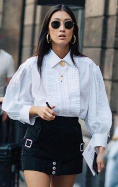 Aposte em uma camisa vitoriana com mini saia para um look de balada descolado.