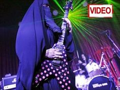 Gisele Marie, a Muslim woman and professional heavy metal musician, plays her Gibson Flying V electric guitar during a concert in Sao Paulo December Best Guitar Players, Learn To Play Guitar, Guitar For Beginners, Heavy Metal Bands, Thrash Metal, Photos Of The Week, Cool Guitar, Gisele, Muslim Women