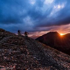"De nächschti Juni chunt bestimmt! @rogergruetter: ""this 5min of magic light back in june : @thomastoedtli and @felixklee3 shred for the Ride-Magazine in the middle of switzerland"" #mtbswitzerland #inlovewithswitzerland #swissalps #obwalden #aelggialp"