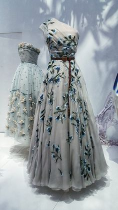 The Garden Nuit Australe Dress in Dior Designer of Dreams Top 5 Museum Exhibitions of From fashion history to royals and writers, these are the best museum exhibitions of Vintage Dior, Vintage Mode, Vintage Fashion, Vintage Hats, 1950s Fashion, Vintage Beauty, Victorian Fashion, Dior Fashion, Couture Fashion