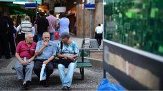 Idosos no centro do Rio de Janeiro. Brasil terá metade da população ativa apta a se aposentar em 2060, diz OCDE Daniela Fernandes De Paris para a BBC Brasil