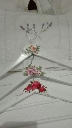 Wooden Coat Hangers, Padded Hangers, Diy Hangers, Diy Arts And Crafts, Cute Crafts, Hanger Crafts, Wedding Dress Hanger, Lavender Bags, Girly Gifts