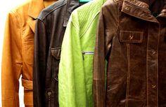 Несмотря на то, что производители кожаных изделий в рекомендациях по уходу указывают, что стирать кожаные изделия категорически не рекомендуется, бывают случаи, когда загрязнения настолько сильные, что обычные меры неэффективны и даже химчистка отказывается помочь. Тогда можно попробовать постирать