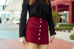 camisa negra con pollera con botones colorada