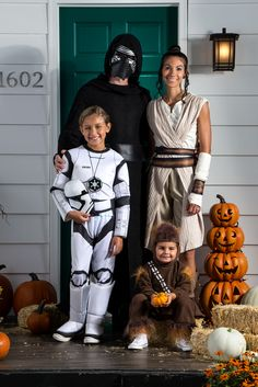 Bring your favorite Star Wars: The Force Awakens characters to life with Halloween costumes for the family. Family Themed Halloween Costumes, Disney Family Costumes, Funny Kid Costumes, Star Wars Halloween Costumes, Halloween Kostüm, Halloween Outfits, Diy Costumes, Couple Costumes, Costume Ideas