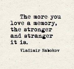 Mientras más ames un recuerdo, más fuerte y extraño se te hace. #frases #quotes #citas