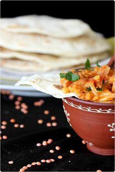 Le dahl est un plat indien à base de lentilles, le plus souvent des lentilles corail, cuits dans une sauce au lait de coco et tomate. Mon plat est très sim
