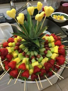 New fruit party platters edible arrangements Ideas Fruit Party, Snacks Für Party, Fruit Snacks, Fun Fruit, Rainbow Fruit Trays, Fruit For Parties, Fruit Salads, Party Fruit Platter, Rainbow Fruit Skewers