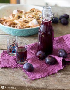 Pflaumenlikör mit winterlichen Gewürzen selbermachen - einfaches Rezept mit Rotwein und Rum, schmeckt auch warm mit Sahne super lecker!