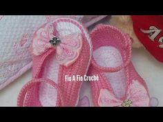Sapatilha Alice em Crochê- tamanho 10cm - YouTube Crochet Baby Sandals, Booties Crochet, Crochet Baby Clothes, Baby Booties, Baby Chucks, Baby Shoes Pattern, Baby Sewing Projects, Baby Slippers, Crochet Bebe