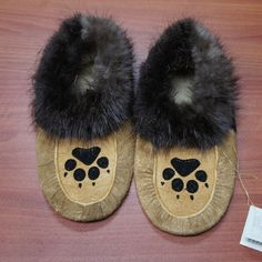 Moosehide Moccasins with Black Paw Beaded Design These hand beaded moose hide moccasins are a genuine piece of Aboriginal artwork. Makes a perfect gift for any occasion. Native Beading Patterns, Beadwork Designs, Native Beadwork, Native American Beadwork, Bead Patterns, Native American Moccasins, Native American Clothing, Native Wears, Beaded Moccasins