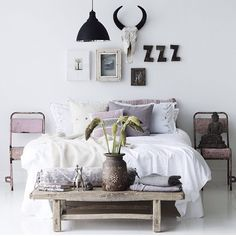 Table at end of bed & boho look