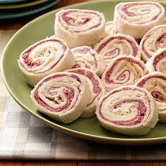 Reuben Rolls Recipe- Recipes This recipe came about one night when I was trying to think of a new and different snack to serve the next day. The empty plate at the party signaled these rolls were a hit! Finger Food Appetizers, Yummy Appetizers, Appetizers For Party, Appetizer Recipes, Snack Recipes, Cooking Recipes, Tea Recipes, Appetizer Dishes, Copycat Recipes