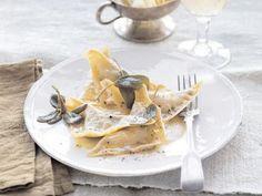 Mit Pilzen gefüllte Ravioli mit Salbeibutter