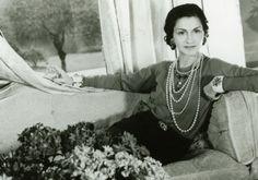 O século 20 trouxe muitas heroínas e libertadoras. Coco Chanel, nascida Gabrielle Bonheur Chanel, na França, também fez seu papel de heroína ao libertar as mulheres do vestuário desconfortável e pesado do século anterior, criando peças simples e extremame