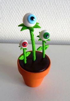 Objet déco 100% insolite et déjanté Yeux globuleux en pâte polymère Fimo dans un pot en terre cuite. La plante à n'oeils, dispo sur la boutique en ligne L'Art Ribouldingue :  https://www.alittlemarket.com/accessoires-de-maison/fr_plante_decorative_globes_oculaires_en_pot_-19116637.html  #objetinsolite #creationsoriginales #objetsfimo