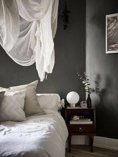 Dark walls, white airy details