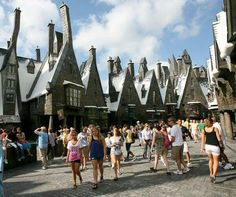 The Wizarding World of Harry Potter at Universal Studios. yo necesito ir a este lugar Universal Harry Potter Orlando, Disney Universal Studios, Harry Potter Themenpark, Places Around The World, Oh The Places You'll Go, Orlando Parks, Orlando Florida, Park Photos, Hollywood