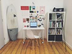 Whether you're looking to decorate a business or home office a few decor and storage tips can go a long way to creating a functional work space. Read on to learn about using available light and the importance of storage. Container Home Designs, Container Homes, Cargo Container, Home Office, Office Free, Office Cubicle, Wooden Cubes, Smart Home Technology, Diy Apartment Decor