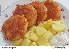 Strouhaný smažený sýr, vařené brambory a tatarka.