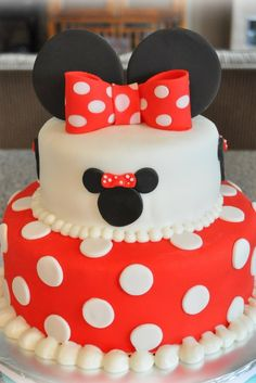 Minnie Mouse cake (add yellow pearls instead of white) can this PLEASE be my birthday cake! Bolo Fake Minnie, Bolo Da Minnie Mouse, Minnie Mouse Birthday Cakes, Mickey Mouse Cake, Minnie Mouse Cake, First Birthday Cakes, 2nd Birthday, Birthday Ideas, Oreo Pops