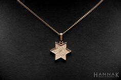Pohjantähti-riipus   Lahjaksi teetetty kaulakoru, jonka rosoinen pinta tuo keltakullalle vaaleutta ja himmeää hohdetta. Korotettu ja kiillotettu reunus tuo orgaaniselle kuvioinnille ryhtiä.   Materiaalit: 585-kulta, timantti   http://www.hannakorhonen.fi/pohjantahti-riipus/   Yellow gold, diamond   #HannaK #pendant