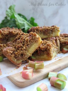 Rhubarb cake with crumble Danish Dessert, Danish Food, Rhubarb Crumble Cake, Delicious Desserts, Dessert Recipes, Rhubarb Recipes, Cake Decorating Tips, Food And Drink, Snacks