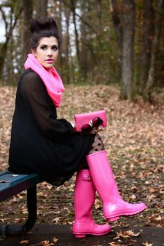 My girlfriend got these pink Hunter boots for Christmas and I love them!love these pink hunter boots Pink Hunter Boots, Hunter Wellies, Outfit Des Tages, Look Fashion, Womens Fashion, Boating Outfit, Winter Mode, Mode Style, Autumn Winter Fashion