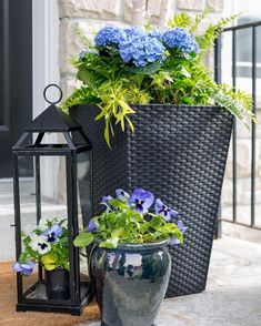 Porch Planter Ideas and Inspiration – Maison de Pax Potted plants are one of the easiest ways to dress up any space! Be sure to check out these gorgeous porch planter ideas and inspiration front and back porches before sprucing up your own outdoor space. Front Porch Plants, Front Porch Flowers, Front Door Planters, Summer Front Porches, Summer Porch Decor, Back Porches, Small Front Porches, Diy Porch, Front Porch Furniture