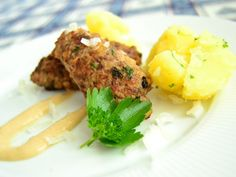 Čevabčiči s varenými zemiakmi, recept s názvom - Čevabčiči s varenými zemiakmi. Recept je zaradený do kategórie Mleté mäso, Mäsité jedlá a ryby