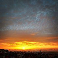 Good morning have a nice week! #goodmorning #barcelona #sunrise #dawn #sun #morning #amanecer #cielo #encendido #nubes #motoG3