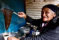 Honduras - mujer lenca preparando cafe chorreado de montaña en Intibuca / foto via @telecatracha