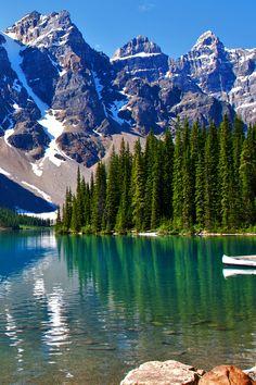 Kanada - Der Moraine Lake mit seinem tiefblauen Wasser liegt in den Rocky Mountains im Banff National Park in der Provinz Alberta und ist umgeben von nicht weniger als zehn 3000ern, die das Valley of the Ten Peaks formen! Was ist in dem Land eigentlich nicht spektakulär?