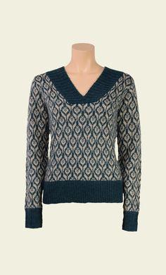 Blijf lekker warm en stylish met deze fijne trui en zijn prachtige print. De trui heeft een wijde, brede V-hals en is daarom ook erg mooi met bijvoorbeeld een leuke blouse eronder. Draag de trui op een uni rok of pantalon.