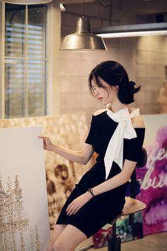화이트가 배색된 블랙 드레스는 보통 걸리쉬한 분위기...