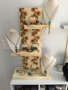 Love this compact and very pretty jewelry display  ... lots of jewelry pieces can go on this one display !