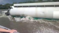 Faire du bateau à moteur sur la rivière à côté d'un camion !  #WTF #video #buzz #