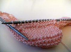 LA CANASTILLA DE LA ABUELA: Como hacer unos patucos (Tutorial) Knitting For Kids, Knitting Socks, Baby Knitting, Crochet Baby, Knit Crochet, Baby Candy, Knit Baby Booties, Bebe Baby, Knit Shoes