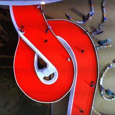 Es Devlin creates meandering Louis Vuttion catwalk around Oscar Niemeyer museum.